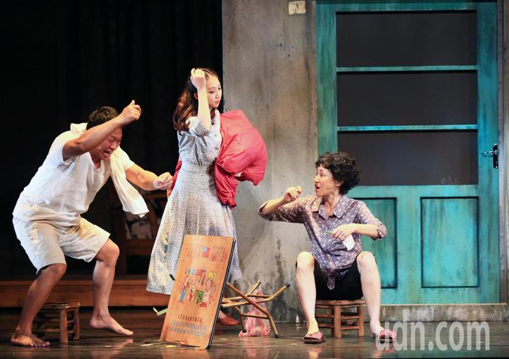 「七十三變」總彩排,游安順(左)與劉姍姍(右)飾演外街坊與外祖母。記者陳正興/攝影