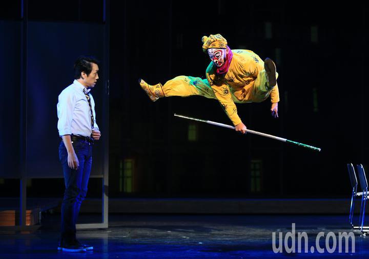 「七十三變」總彩排,林子恆(左)扮演劇中主角天好與美猴王飆戲。記者陳正興/攝影