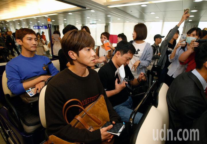 韓國男團「東方神起」的允浩及昌珉下午來台,約20名粉絲在登機門接機,兩人隨後搭乘商務中心的車輛經由VIP通關。記者鄭超文/攝影
