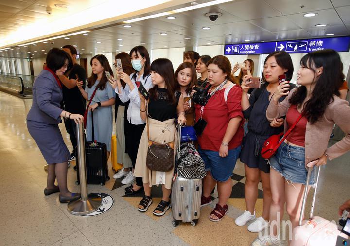 韓國男團「東方神起」的允浩及昌珉下午來台,約20名粉絲在登機門接機,華航地勤人員請粉絲們退後保留通道。記者鄭超文/攝影