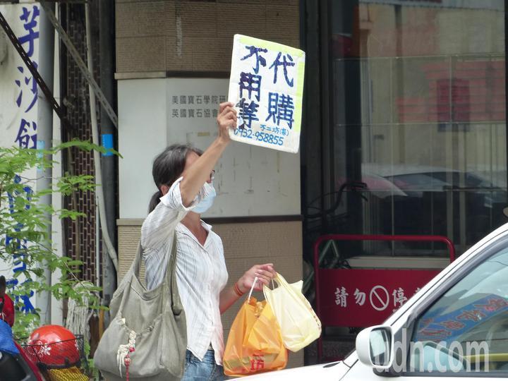 彰化市排隊名店「不二坊蛋黃酥」,每逢中秋節,民眾總是大排長龍搶購,估計有7成是代購業者。記者劉明岩/攝影
