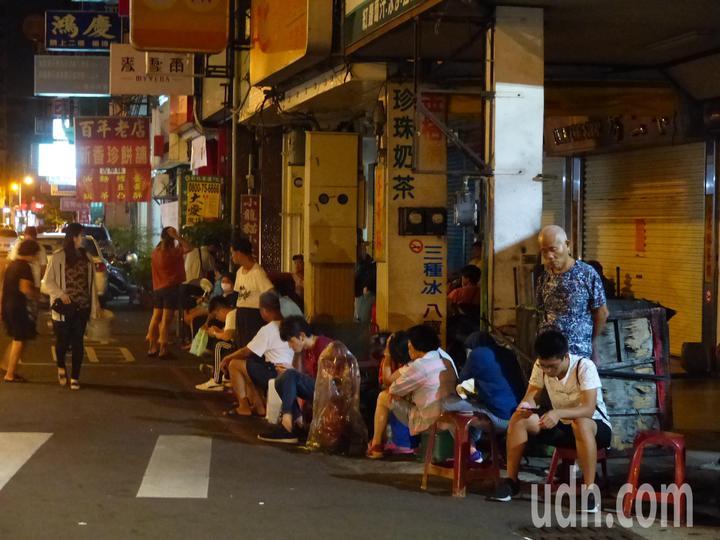 彰化市排隊名店「不二坊蛋黃酥」,每逢中秋節,民眾總是大排長龍搶購,今天凌晨排了約兩百公尺等著拿號碼牌。記者劉明岩/攝影