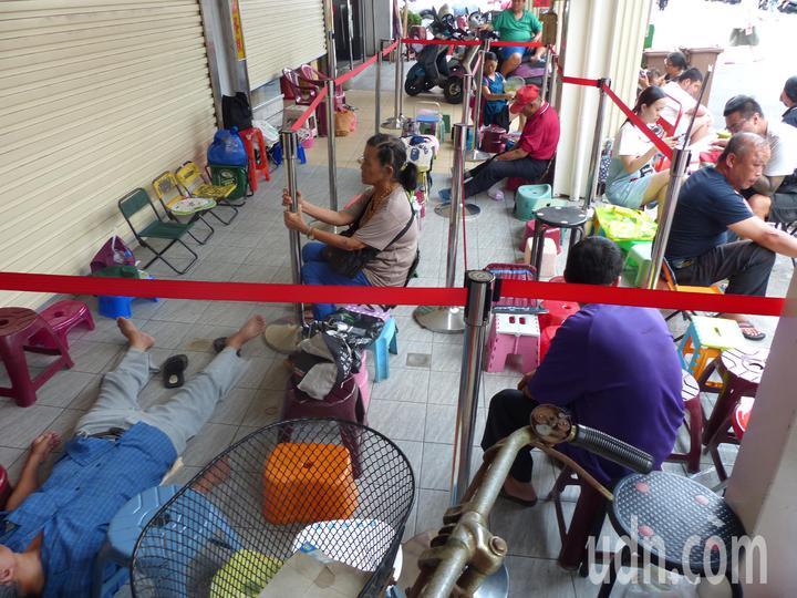 彰化市排隊名店「不二坊蛋黃酥」,每逢中秋節,民眾總是大排長龍搶購,有的顧客累得躺在騎樓睡覺 。記者劉明岩/攝影