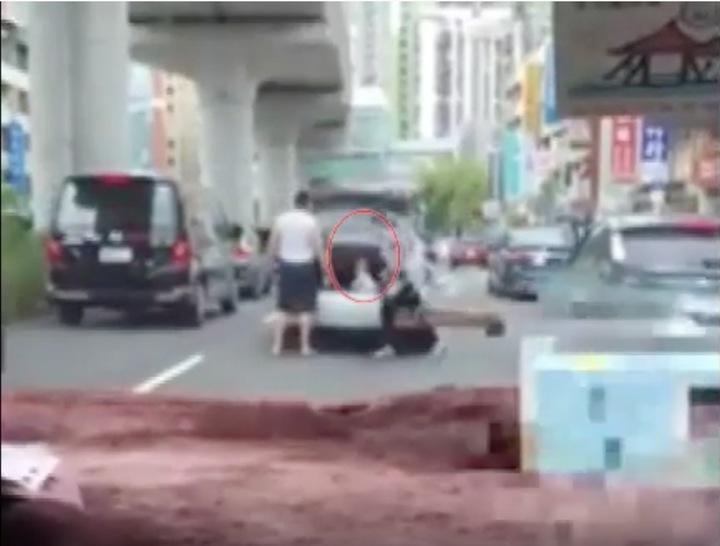 台中市南屯區文心南路昨天下午發生一起家長急停路中央,將幼童丟進後車廂的案件,全程被後方車主的行車記錄器拍下。圖/摘自臉書爆料公社