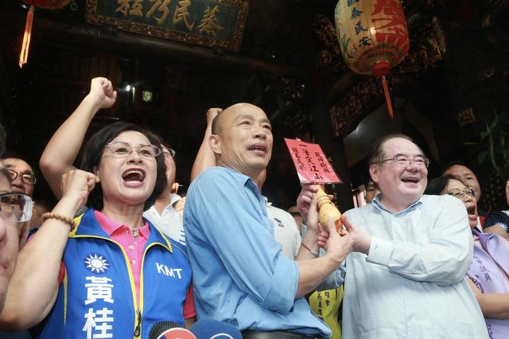 高雄市市長、國民黨總統參選人韓國瑜,下午前往三重先嗇宮參拜。記者黃義書/攝影