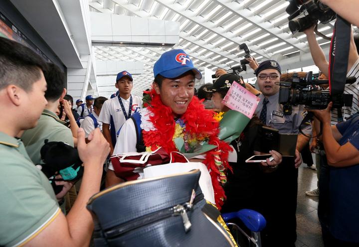 榮獲U十八青棒賽世界冠軍的中華青棒隊,9日中午搭乘中華航空公司班機凱旋歸國。記者陳嘉寧/攝影