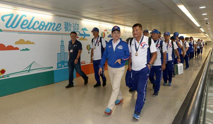 榮獲U十八青棒賽世界冠軍的中華青棒隊,9日中午搭乘中華航空公司班機凱旋歸國,教育部體育署長高俊雄(前排左)在空橋門口歡迎。記者陳嘉寧/攝影