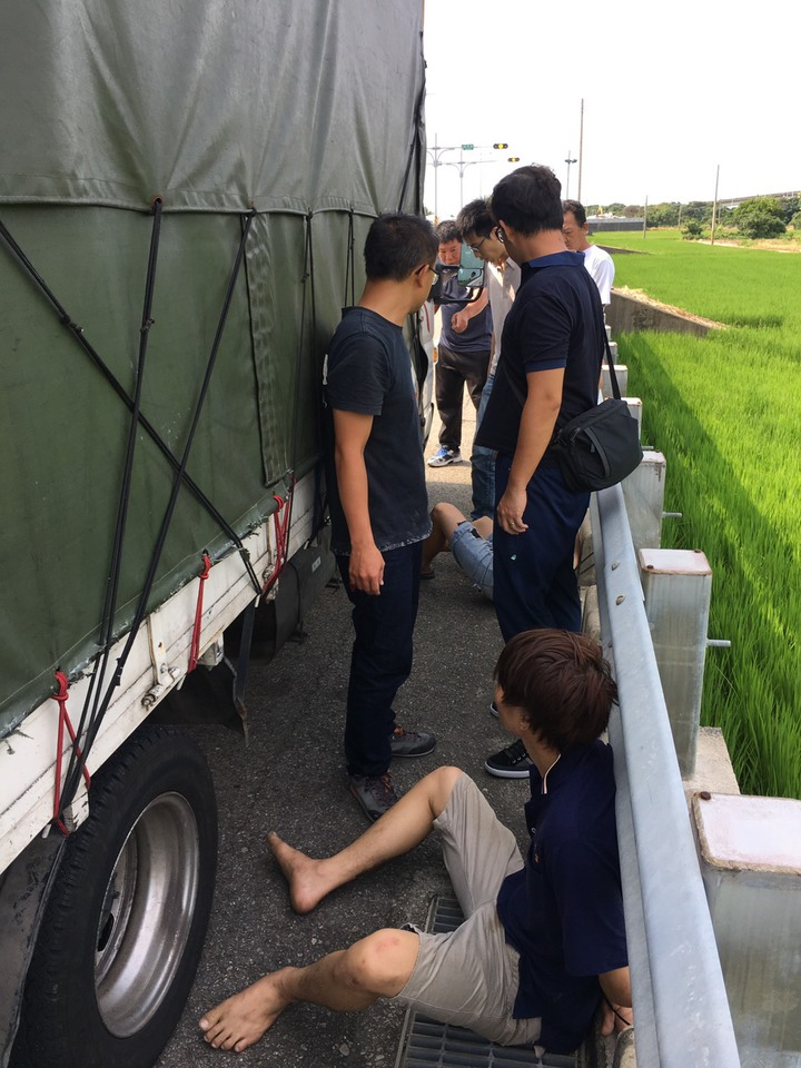 海巡署台中查緝隊追捕到越南逃逸移工。圖/海巡署提供