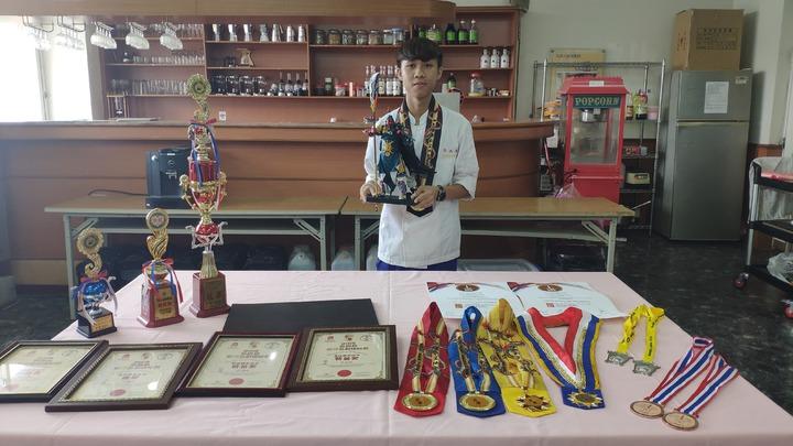 大德工商餐飲科3年級生許為清(左),上個月到馬來西亞參加「2019第四屆世界名廚錦標賽」,一口氣參加4項競賽並拿下4面金牌。記者李京昇/攝影