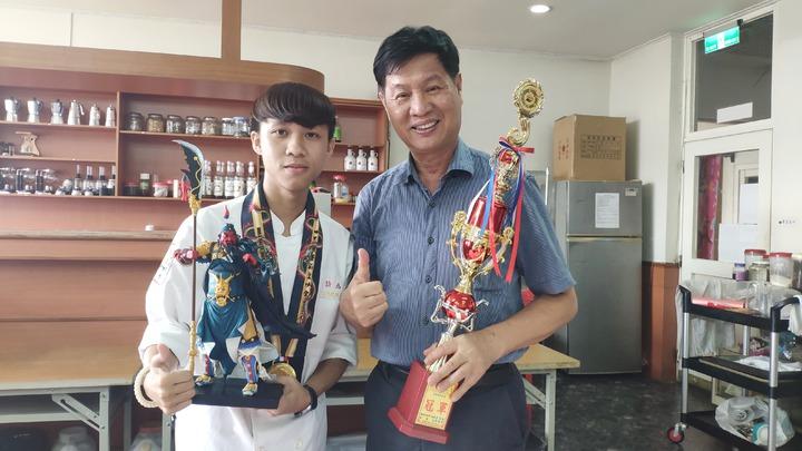 大德工商餐飲科3年級生許為清(左),上個月到馬來西亞參加「2019第四屆世界名廚錦標賽」,一口氣參加4項競賽並拿下4面金牌,副校長張錫輝(右)給予鼓勵。記者李京昇/攝影
