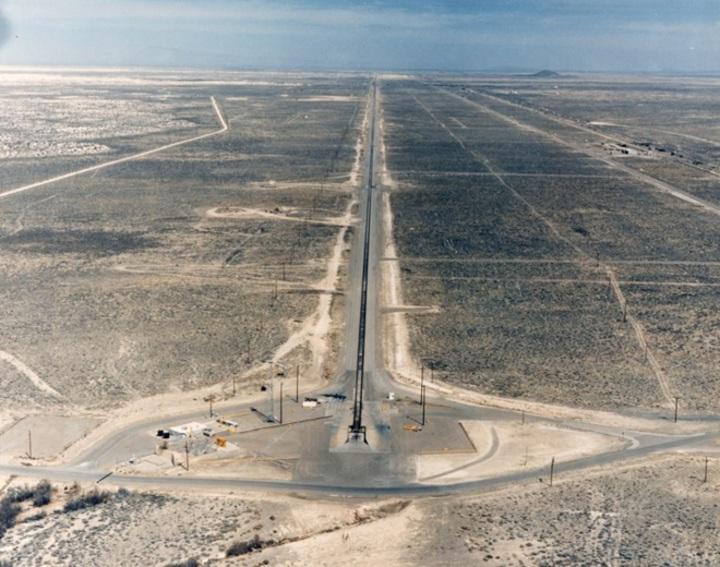 霍洛曼空軍基地(Holloman Air Force Base)的高速測試軌道。United States Air Force