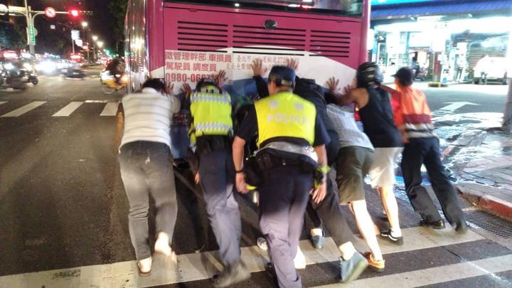 1輛公車在台北市基隆路拋錨,10名警察徒手推公車,熱心民眾上前幫忙,揮汗推車超過500公尺。圖/台北市信義警分局提供