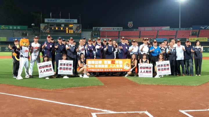 「強棒出擊,反賄紅不讓」台南地檢署結合在地職棒統一7-ELEVEn獅隊,今天晚上在台南市立棒球場辦理反賄選宣導活動。記者邵心杰/攝影