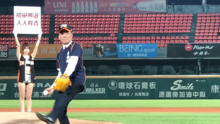 法務部長蔡清祥擔任開球嘉賓,邀請台南檢警調及政風首長一同參與,與在場球員及球迷一起加入反賄選行列,共同打擊賄選。記者邵心杰/攝影