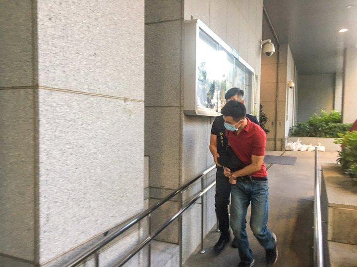 周姓男子涉嫌吸毒,警方今天中午登門逮人,傍晚將他移送法辦。記者蔡翼謙/攝影