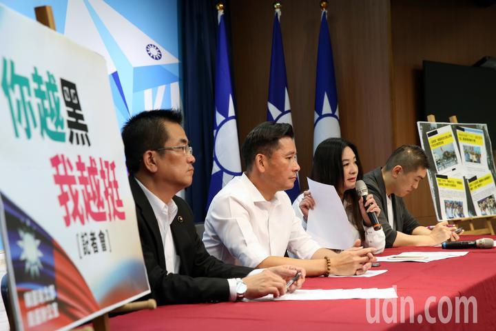 韓國瑜競選總部北辦主任鄭世維(左起)、台北市議員戴錫欽、應曉薇、策略小組委員謝國樑,上午在國民黨中央黨部舉行「你越黑我越挺」記者會。記者林澔一/攝影