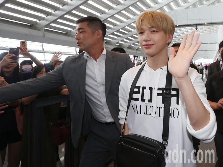 南韓藝人姜丹尼爾(右)12日中午搭機抵達桃園機場。記者陳嘉寧/攝影
