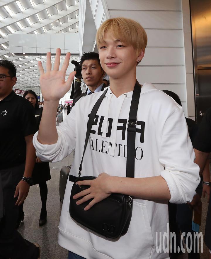 南韓藝人姜丹尼爾(如圖)12日中午搭機抵達桃園機場。記者陳嘉寧/攝影