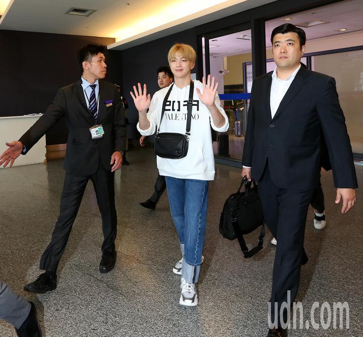 南韓藝人姜丹尼爾(中)12日中午搭機抵達桃園機場。記者陳嘉寧/攝影