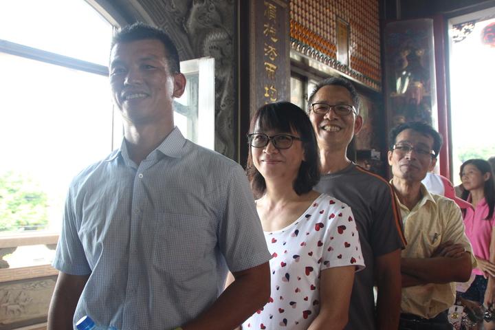 中午就有民眾排隊領「順澤宮」幸運帽。記者林敬家/攝影