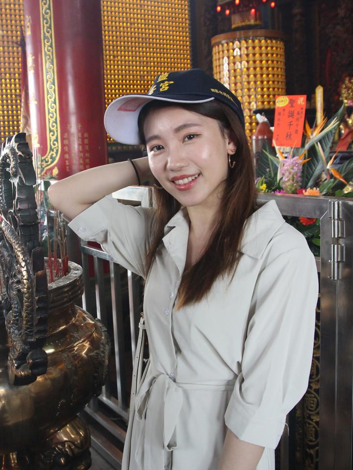 台中民眾今天前來登記,也戴起帽子拍照。記者林敬家/攝影