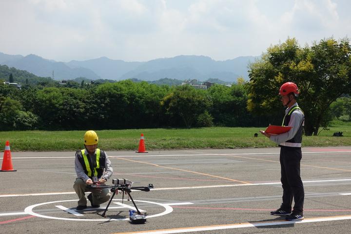 全台首座「遙控無人機術科測驗場地」,今在苗栗縣後龍溪畔正式啟用,現場由中科院航空研究所專業飛手依術科測驗規範,展示標準化術科測驗流程。記者劉星君/攝影