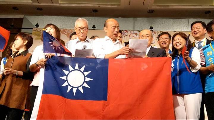 國民黨今天舉辦「大陸台商秋節聯誼茶會」,大家一起合唱「你是我的兄弟」。記者劉宛琳/攝影