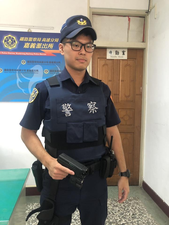 鐵路警察現在的標準配備多了電擊槍,因應各種列車糾紛。記者李承穎/攝影