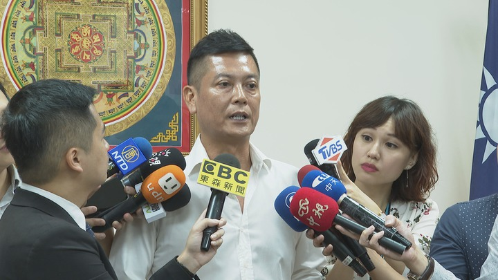 對於郭台銘宣布棄選,親民黨組織部主任張碩文表示,「應該是快遞把月餅送錯,郭台銘沒吃到1771(一起起義)月餅。」記者王彥鈞/攝影