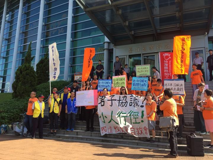 自救會成員在法院前開記者會抗議蔡政府跳票,質疑「君子協議是小人行徑!」記者賴佩璇/攝影。