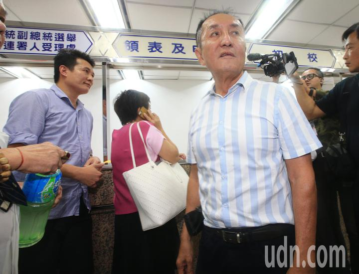 參選台南市長打出「虧雞福來爹」名號的林義豐(右)也在截止時間過後,現身中選會,並未完成領表作業。記者陳正興/攝影
