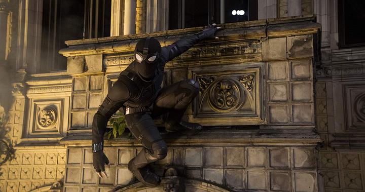 「夜猴」其實就是穿上黑色制服的蜘蛛人。圖/摘自imdb