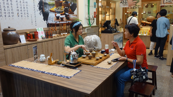 「茶陶‧貓裏潮」專櫃進駐國道西湖服務區,提供免費喝茶泡茶區,讓更多人認識苗栗的陶茶產業。記者劉星君/攝影