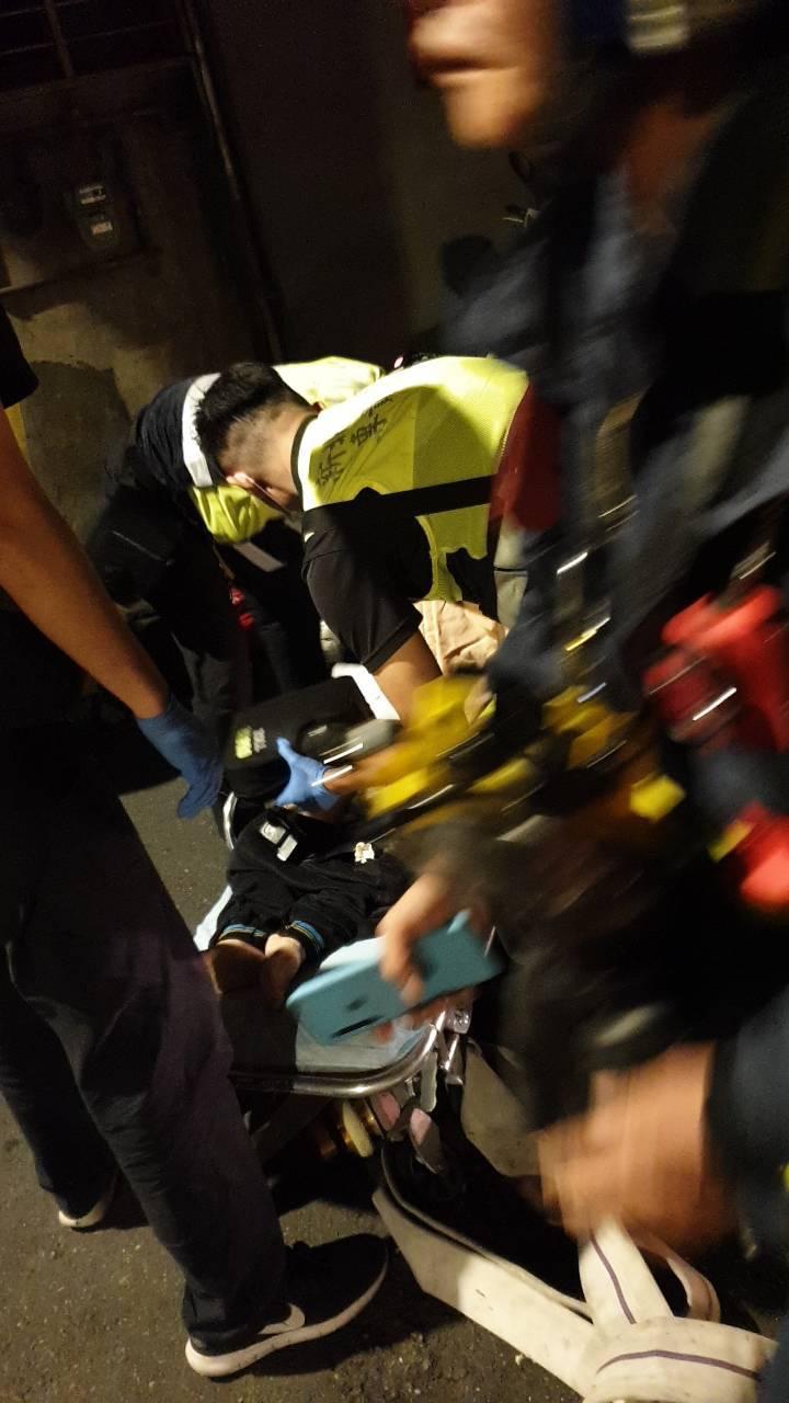 消防趕抵現場,救出一名95歲與年約50歲的母女,其中95歲母親送醫後宣告不治。記者柯毓庭/翻攝