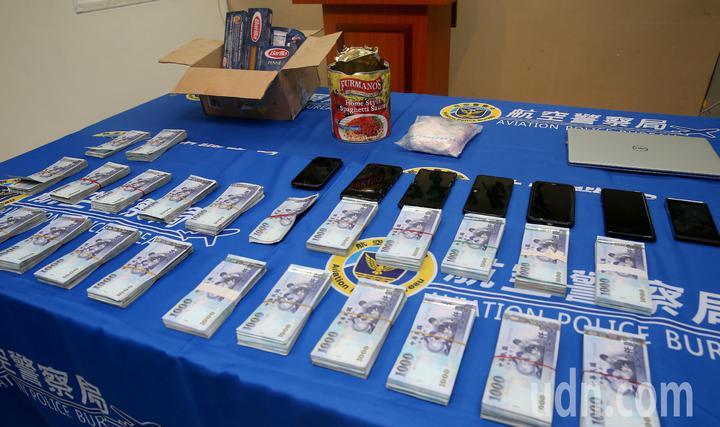 航空警察局會同關務署台北關共同查獲台灣首宗夾帶古柯鹼闖關入境案,起出市價超過350萬元的古柯鹼441公克、現鈔225萬元,並逮捕5名嫌犯移送法辦。記者陳嘉寧/攝影