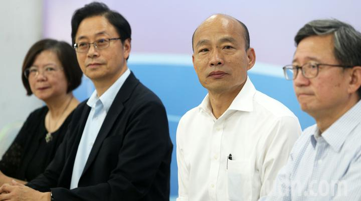 國民黨總統參選人韓國瑜(右二)推全民長照保險,每個月多繳「一個便當加一個滷蛋」的錢,由當事人、政府、業者三方共同支撐長照保險。記者劉學聖/攝影