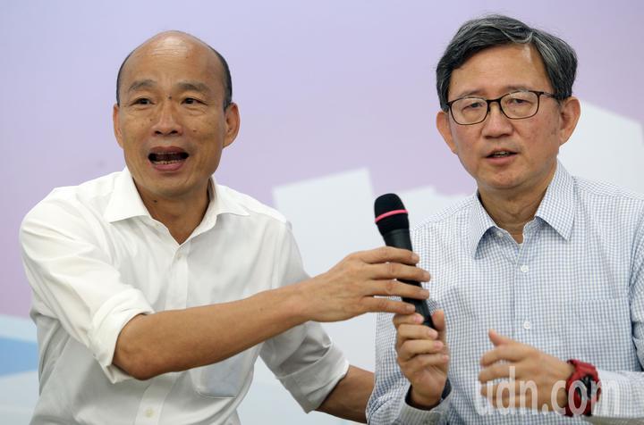 國民黨總統參選人韓國瑜(左)推全民長照保險,每個月多繳「一個便當加一個滷蛋」的錢,由當事人、政府、業者三方共同支撐長照保險。記者劉學聖/攝影