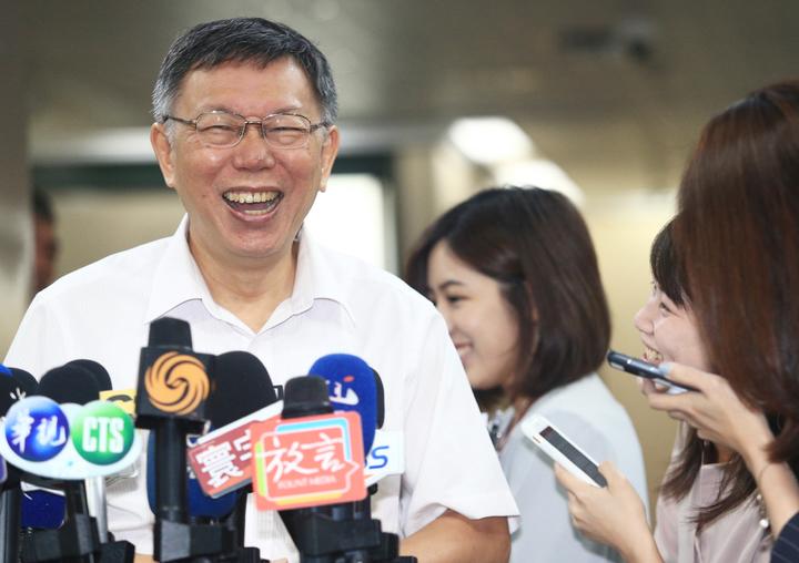 台北市長柯文哲(左)上午在回應媒體提問,柯媽那麼愛選,讓她選新竹市立委選舉。記者陳正興/攝影