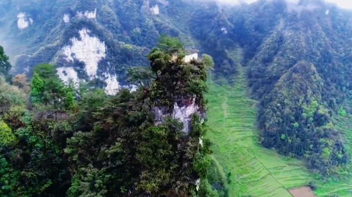 中國貴州省五峰嶺有著一間數百年前就已經蓋成的土地公廟,占地不超過6平方公尺,就蓋在狹窄的絕壁頂峰之上。相傳是居民為求風調雨順大豐收,將建材「肩挑背扛」送到山頂,再一磚一瓦地慢慢修建而成。路透/Newsflare
