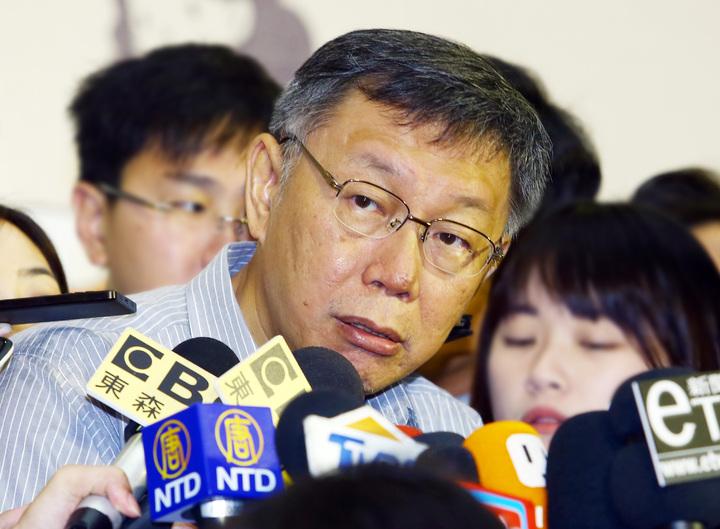 台北市長柯文哲臉書粉專昨天突然出現「按讚潮」,一夜激增二萬個讚,柯文哲上午受訪時對此表示,自己沒有錢,不可能會去買網軍。記者杜建重/攝影