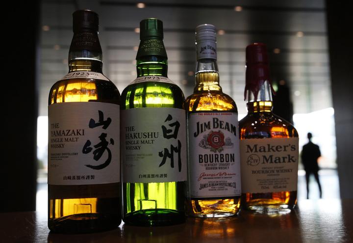 日本威士忌在近幾年迅速竄紅,除了因在國際間屢屢獲獎外,不同於傳統威士忌產地而蒙上一層神秘面紗,都讓歐美酒客趨之若鶩,願出高價購買知名職人釀出的威士忌。但《彭博》報導,這波熱潮背後隱藏了令人幻滅的真相:所謂的「日本威士忌」的酒,可能多數是從國外進口,根本不在日本當地生產。路透