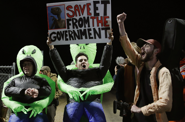 民眾高舉標語,寫著「將ET從政府手中救出」。硬闖51區活動20日登場,超過2百萬人在臉書按下參加,最後只有約百人現身。美聯社