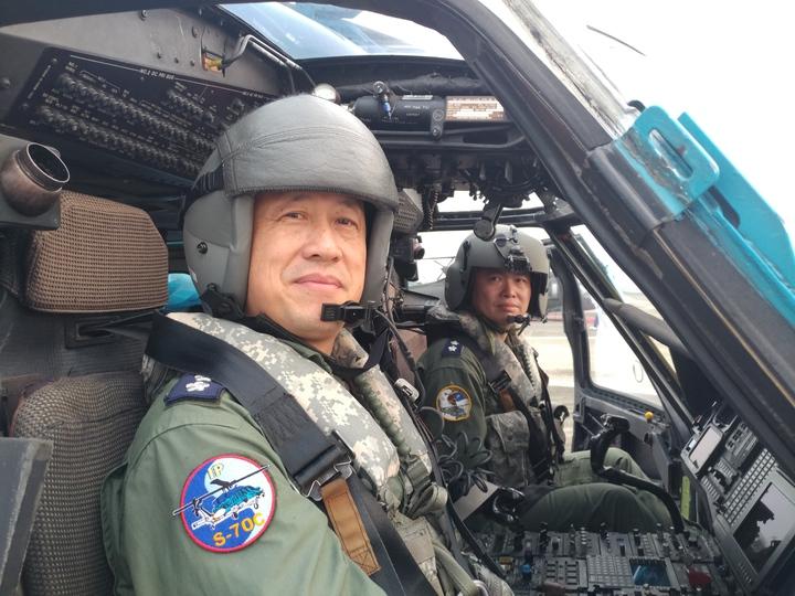 空軍4聯隊政戰主任陳鎂煌(左)與救護隊隊長林佳田(右)為目前空軍參與過921救災至今仍在隊上的飛行員。攝影/徐宇威