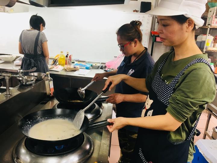 苗栗家扶中心開辦家長生涯方案,今年考量未來就業市場需求,延續前3年的烘焙課程,開辦「專業月嫂-培訓班」,月子餐製作。圖/苗栗家扶中心提供