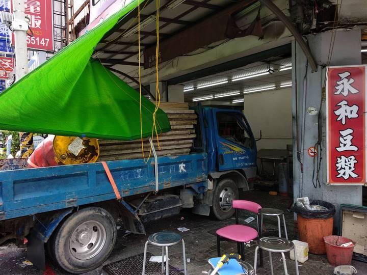 員林市莒光路與靜修路口,昨天發生休旅車與小貨車擦撞車禍,小貨車失控衝進豆漿店。記者何烱榮/攝影