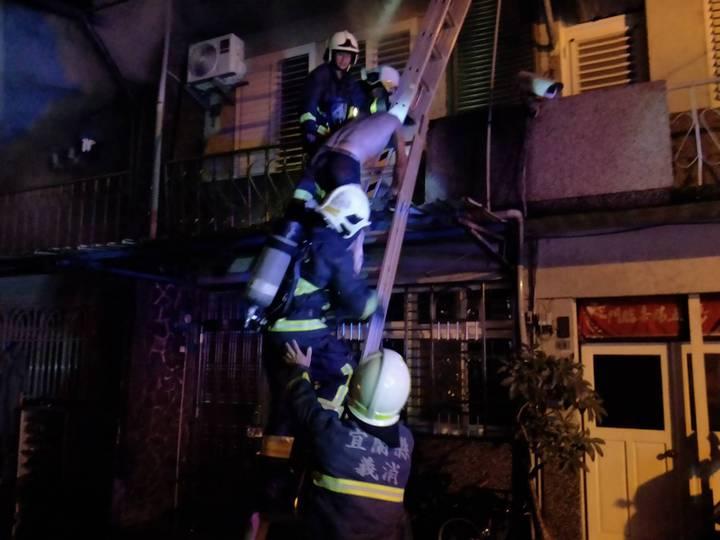 宜蘭縣消防局今天清晨2點9分獲報,冬山鄉日新路兩戶民宅起火,疑是一樓機車起火,延燒至建築物,6人受傷,1人受困,搶救中。圖/宜蘭縣消防局提供