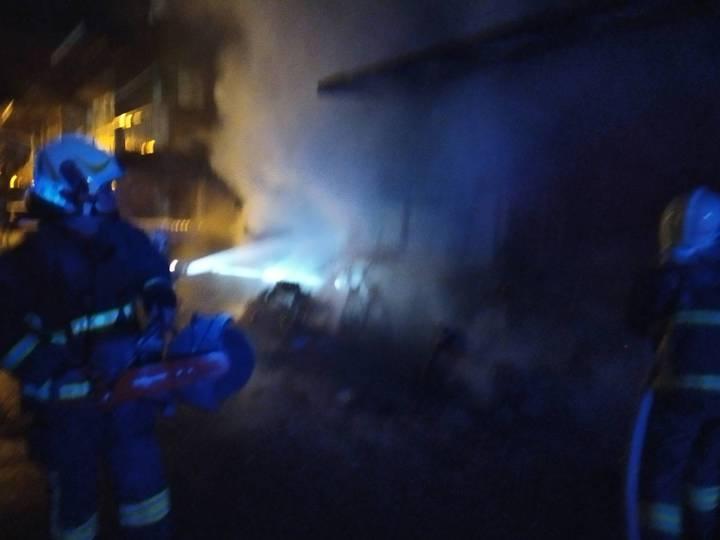 宜蘭縣消防局今天清晨2點9分獲報,冬山鄉日新路兩戶民宅起火,疑是一樓機車起火,延燒至建築物。圖/宜蘭縣消防局提供