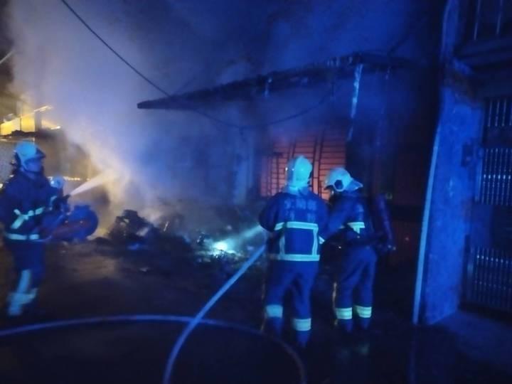 宜蘭縣冬山鄉日新路兩戶民宅起火,疑是一樓機車起火,延燒至建築物。圖/宜蘭縣消防局提供