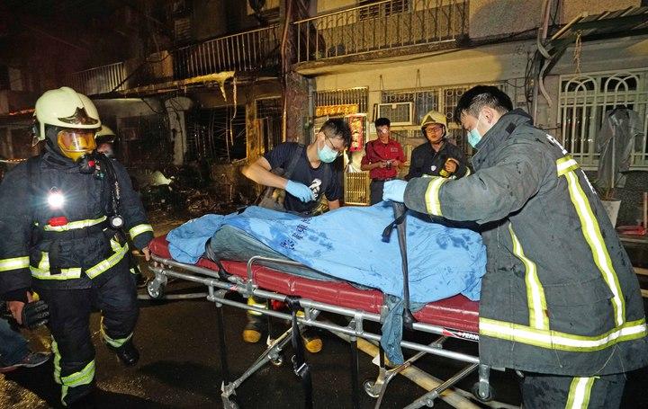 宜蘭縣冬山鄉日新路今晨大火,有5人輕重傷,分別受到灼傷及嗆傷,更有2人被發現時,已無呼吸心跳,被緊急送醫。記者羅建旺/翻攝