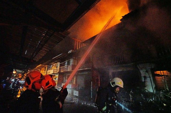 宜蘭縣冬山鄉日新路今晨大火,現場有4棟相連、2到3樓的透天厝被延燒或波及。記者羅建旺/翻攝